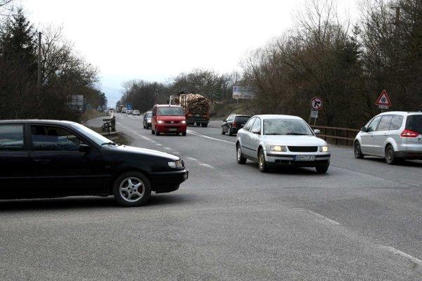 Výjazd na hlavnú cestu je nebezpečný, vodiči tu často stoja dlhé minúty.