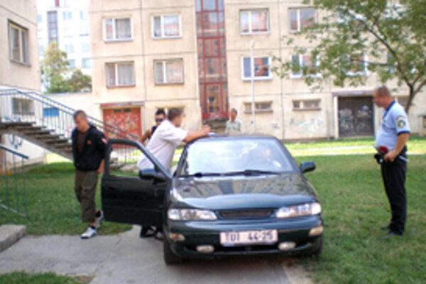 Auto zaparkované na tráve priviedlo mestských policajtov k drogám.