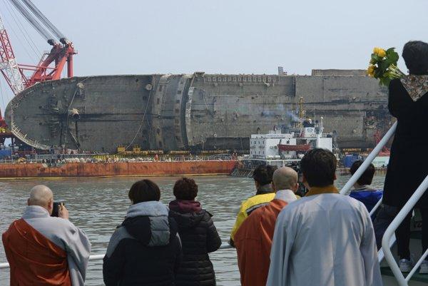 Juhokórejský trajekt Sewol, ktorý sa prevrátil a potopil v rozbúrenom mori pri pobreží krajiny pred takmer troma rokmi, vytiahli minulý týždeň na hladinu.