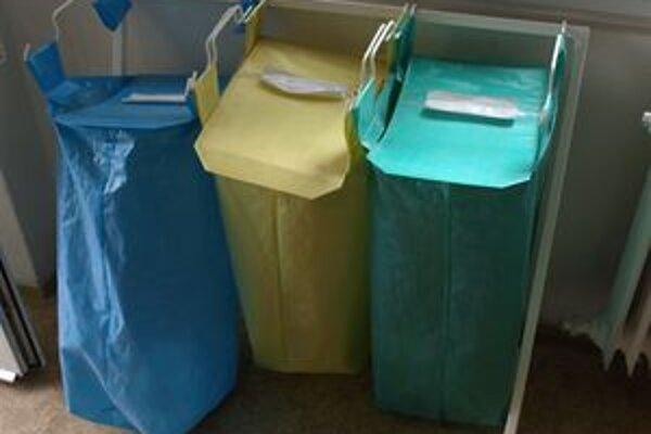 Zamestnanci Mestského úradu v Prievidzi do vriec vhadzujú papier, sklo a plasty.