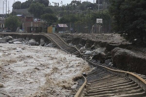 Povodne sa nevyhli ani železničnej trati.