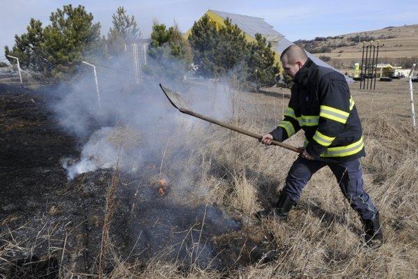 Vypaľovanie trávy v mnohých prípadoch končí požiarom.