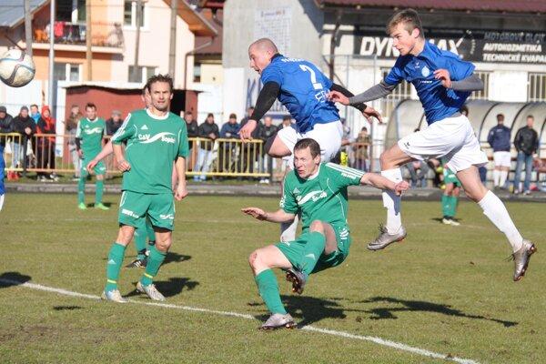Víťazný gól strelil hlavou striedajúci Bútora (celkom vpravo).