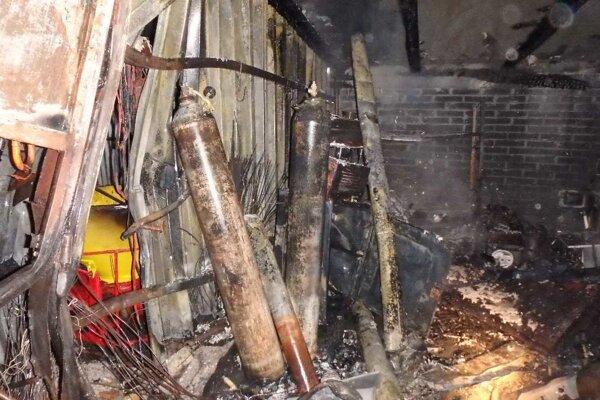 Výbuch a požiar spôsobili veľké škody.