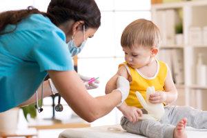 Rodičia s niekoľkomesačnými deťmi by sa mali vyhýbať najmä nákupným centrám a kýchajúcim ľuďom, tvrdia odborníci.