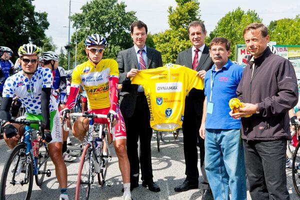 V roku 2010 bola Nitra naposledy etapovým centrom pretekov Okolo Slovenska. Pred štartom etapy (zľava) nositelia dresov, zástupca primátora J. Vančo, primátor mesta J. Dvonč, V. Došek a zástupca sponzora J. Wachal.