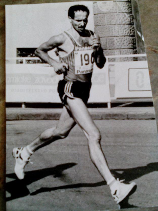 Na konte má výborné časy. Polmaratón za 1:07:19 a prepálený, ale i tak rekordný budapeštiansky maratón za 2:25:20.