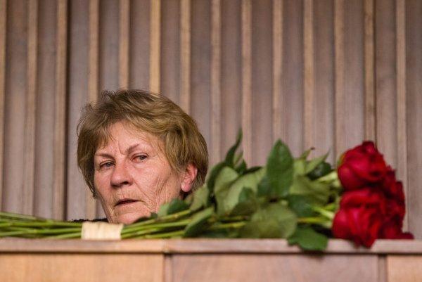 Matka zavraždeného Róberta Remiáša čakala na verdikt súdu pri pomníku svojho syna v Karlovej Vsi.