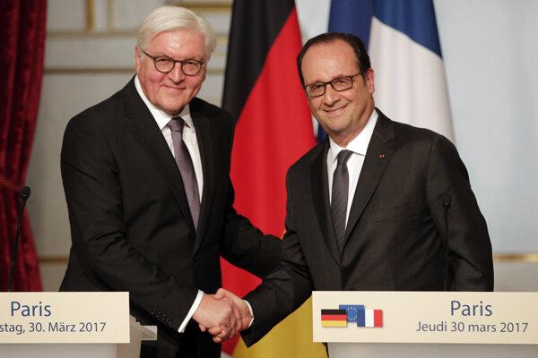 > TASR Popis : SY 11 Paríž - Francúzsky prezident Francois Hollande (vpravo) a nemecký prezident Frank-Walter Steinmeier si podávajú ruky.