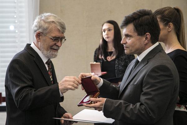 Minister školstva Peter Plavčan odovzdáva ocenenia učiteľom.