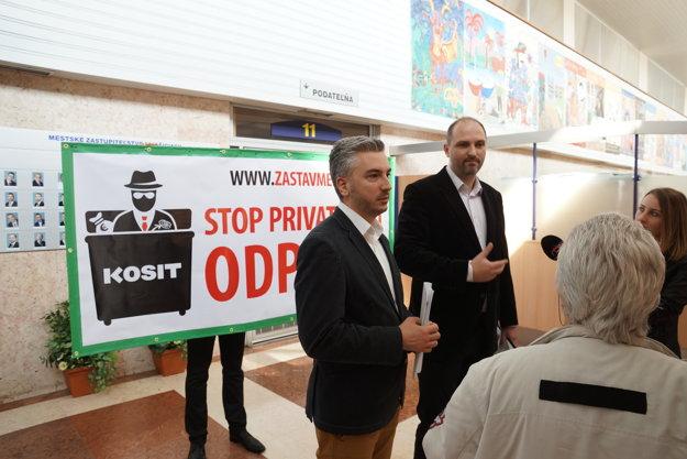 Polaček aTrnka na magistráte.Dvojica poslancov kritizuje predaj akcii mesta vKosite.
