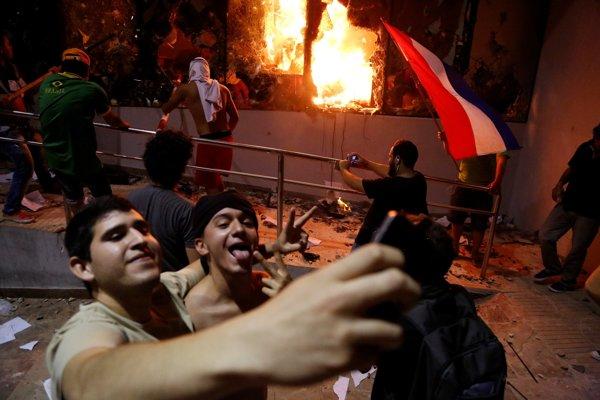 Demonštranti vtrhli do parlamentu.