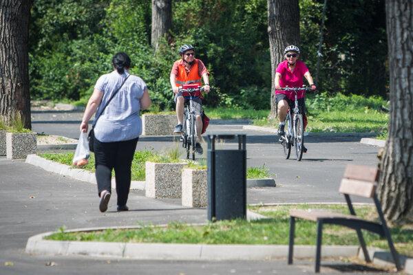 Cyklisti na chodníky pre chodcov nepatria.