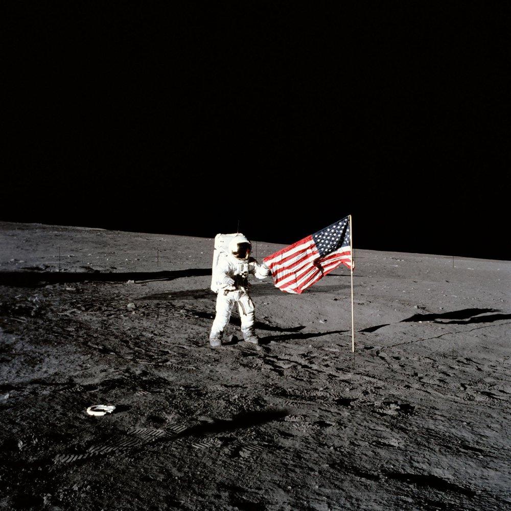 Astronaut Charles Conrad Jr. stojí za americkou vlajkou na Mesiaci v novembri 1969.