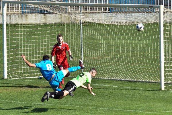 Šaľa porazila Nemšovú 2:0. Skóre otváral z penalty Filip Prúčny (na snímke v modrom drese).