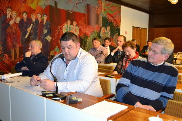 Poslanec Jaroslav Koco (pri mikrofóne). Inicioval zvolanie mimoriadneho rokovania poslancov.