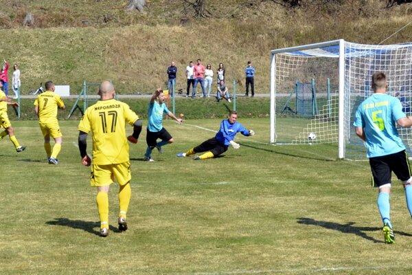 Ani presila hráčov Neporadze v šestnástke nezabránila Dolnej Porube k famóznemu dvadsaťminútovému obratu z 0:2 na 4:3.