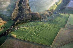 Pohľad z výšky na stredovekú dedinu Wharram Percy.
