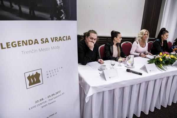 Na snímke zľava módny návrhár Boris Hanečka, herečka Karin Hajdu, koordinátorka projektu Daniela Lelkes a organizátorka projektu Jana Jankovičová počas tlačovej konferencie organizačného tímu veľtrhu Trenčín mesto módy.