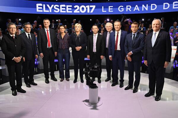 Prezidentskí kandidáti pózujú pred začiatkom predvolebnej televíznej debaty.