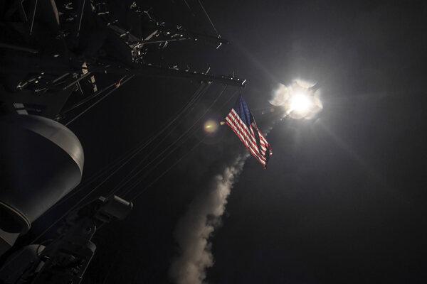 USA vypálili desiatky rakiet na sýrsku základňu.