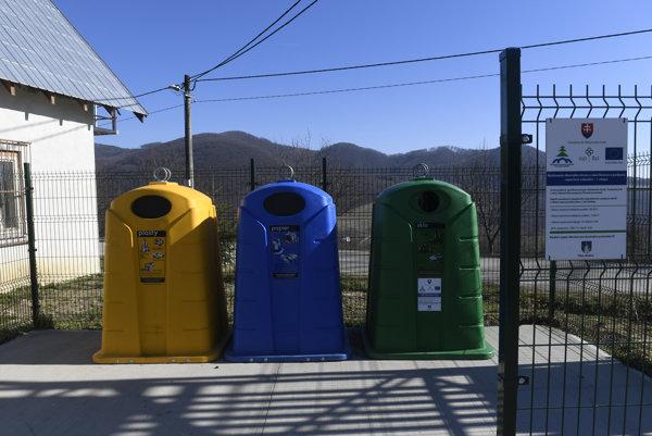 Jedno z novovybudovaných kontajnerových stojísk na triedený odpad v obci Bošáca.