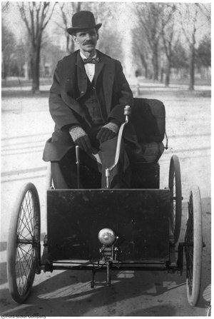 Henry Ford a jeho Quadricycle, prvé vozidlo, ktoré zostrojil. 1896.