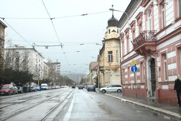 Komenského ulica. Po Veľkej noci sa začne rekonštruovať električková trať. Prinesie to veľké zmeny vdoprave.