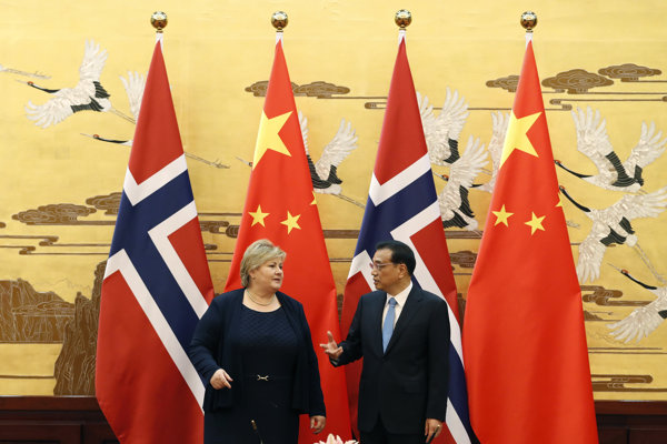 Nórska premiérka Erna Solbergová a čínsky premiér Li Kche-čchiang.