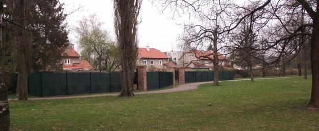 Obyvateľom domov na Ulici Janka Kráľa sa plot v parku nepozdáva, majú ho za svojimi záhradami.