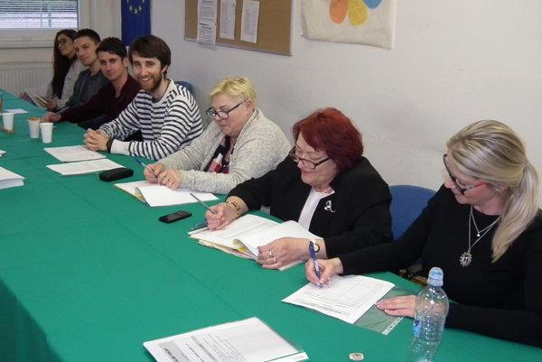 Volebná komisia v miestnosti v trstenskom gymnáziu by uvítala viac mladých voličov.