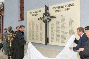 Vľavo zborový farár evanjelickej cirkvi Marián Bochnička a v pozadí brigádny generál Ján Iľanovský.
