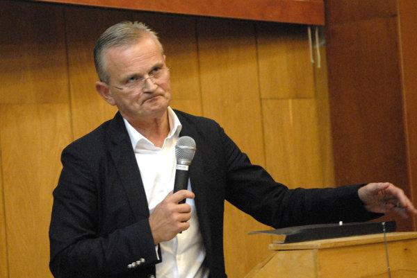 Zasadnutie senátu fakulty. Dekan Siegfried odstúpil v roku 2014 po kauze protekčného štúdia syna prednostu Andreja Jenču. Deklaroval, že neodstupuje pre Jenču, ale aby mohol kandidovať na rektora.