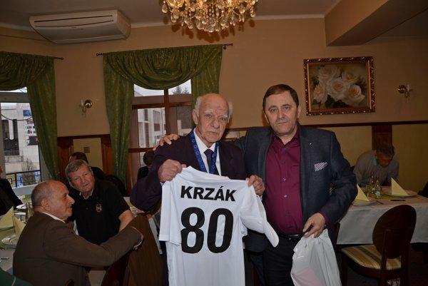Oslávenec Jozef Krzák spolu spredsedom ObFZ Rožňava Jánom Džubákom.