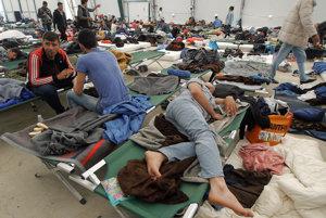 Migranti v rakúskom občerstvovacom tábore