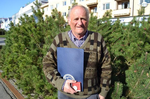 Michal Kirschner. Dlhoročného turistu a značkára ocenil Klub slovenských turistov Plaketou Alojza Lutonského.