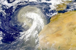 Prašný mrak, ktorý cirkuluje vo vzduchu preč zo Sahary.