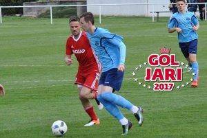 Martin Čambal (v červenom) sa v zápase stretol aj s Filipom Balajom, ktorý prišiel pomôcť rezerve FC Nitra.