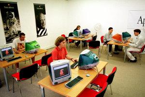 Internetové centrum v bratislavskom Dome kultúry v Ružinove v roku 1999.