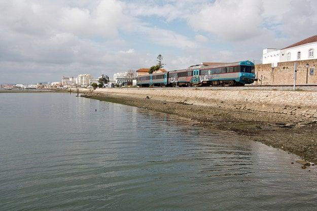 Pohodlným cestovaním po Algarve je železnica.