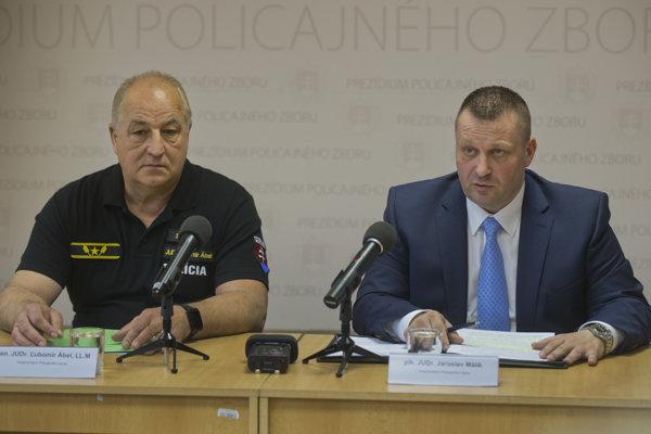 Viceprezident Policajného zboru Ľubomír Ábel a prvý viceprezident Policajného zboru Jaroslav Málik na tlačovej konferencii.