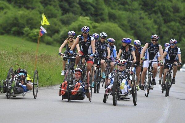 V skupinách cyklistov vždy vládne dobrá nálada.