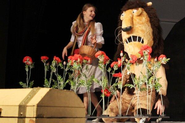Záber zo skúšky rodinného predstavenia Čarodejník z krajiny Oz.