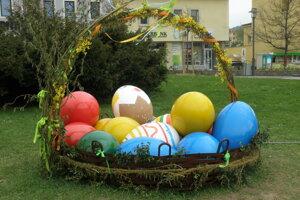 Novou atrakciou počas Veľkej noci je v centre Prievidze veľký košík s kraslicami.