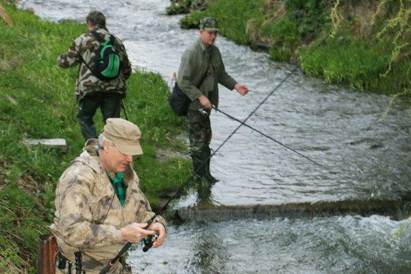Rybári na potoku Chvojnica.