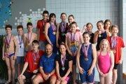 Topoľčianski plavci s trénerom Železníkom.