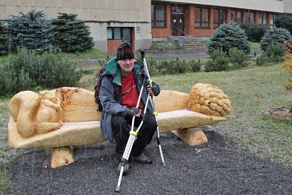 Dalibor Novotny na lavičke v Girsikovom parku mladých.
