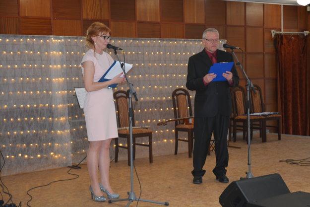 Zľava Galina Šimeková, Peter Bartovič, riaditeľ Domova Jesienka Šurany.