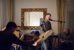 Úvod festivalu Anasoft litera bude sprevádzať pozoruhodná nahrávka troch mladých slovenských hudobníkov pod značkou Nikitin/Pospiš/Sillay, ktorí preniesli skladateľský rukopis Jána Cikkera do súčasného hudobného jazyka.