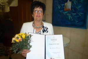 Minister školstva Peter Plavčan odovzdal ďakovný list aj Darine Bučkovej.